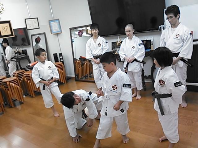 ▲少年拳士を手取り足取り指導する安達拳士